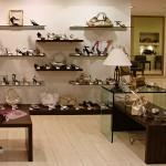 Полки и тумбы из стекла и шпона для магазина обуви