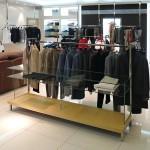 Стеклянные стеллажи для магазина одежды